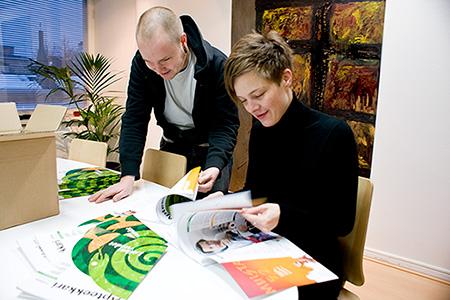 Topi ja Laura hypistelevät uutta Apteekkarilehteä Eliaksessa.